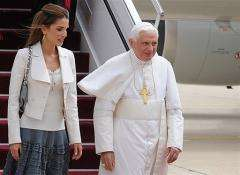 Jordan's Queen Rania, wife of King Abdullah II, greets Pope Benedict XVI (R) upon his arrival