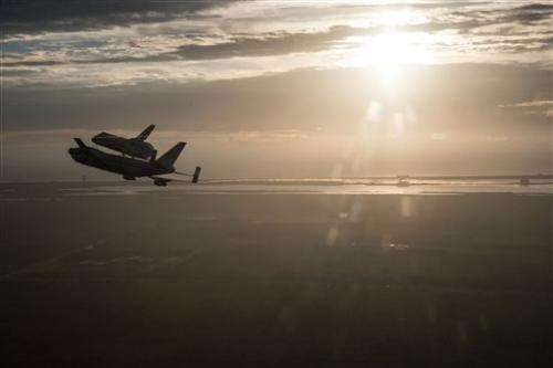 Endeavour salutes Giffords en route to California