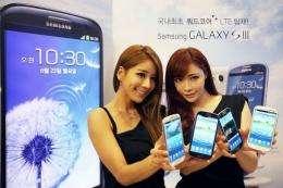 Models display the Samsung Galaxy S3