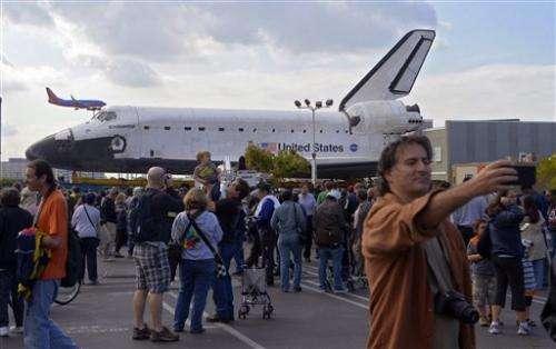 Shuttle Xing: Endeavour treks through LA streets