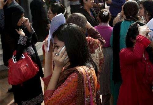 Quake hits Iran, Pakistan; dozens killed