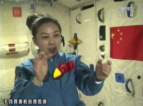 China astronauts float water blob in kids' lecture