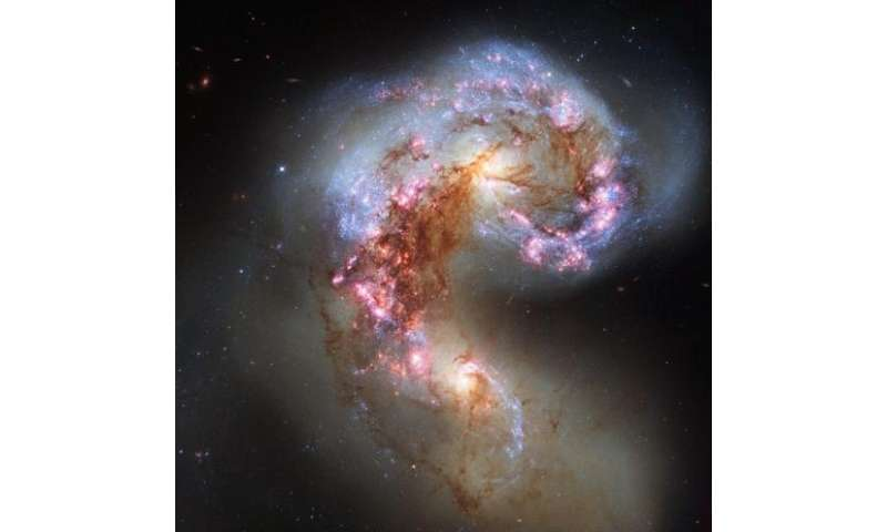 NASA Hubble sees sparring antennae galaxies