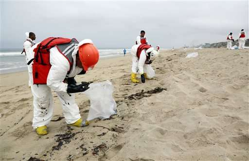 Oil globs close Los Angeles-area beaches to swimming (Update)