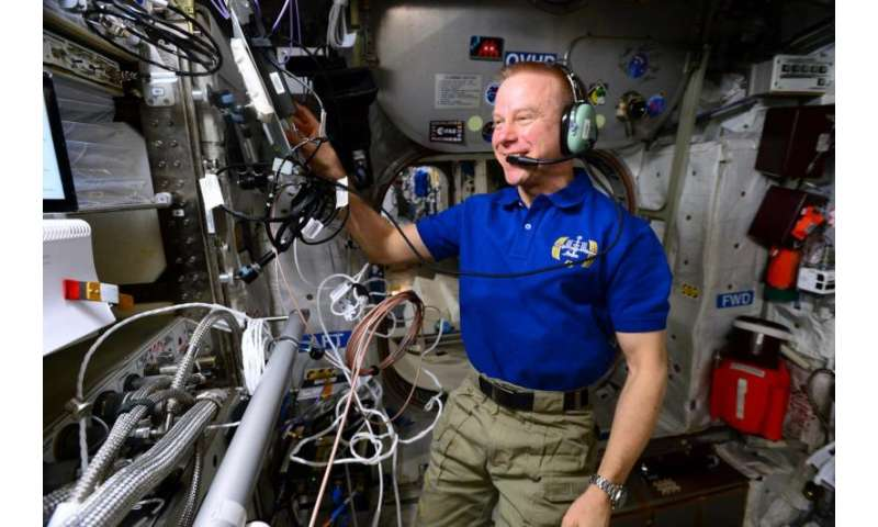 Space station astronauts ham it up to inspire student scientists