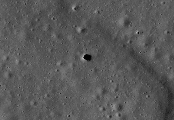 High-resolution of the Marius Hills pit, which lies over a possible lava tube in an ancient volcanic region of the Moon called the Marius Hills. Credit: NASA/GSFC/ASU   Read more at: http://phys.org/news/2016-04-grail-lava-tubes-moon.html#jCp