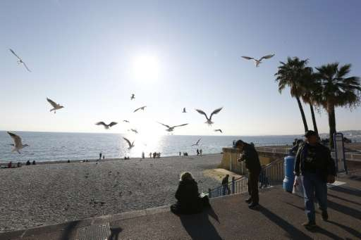"""People enjoy the sun and warm temperatures on the """"Promenade des Anglais"""" in Nice, southeastern France, on December 28"""