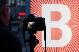 A photographer takes a photo of the Berlinale Logo