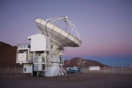 Peering into the interior of a dark interstellar cloud with the APEX telescope