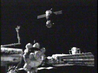 Expedition 11 redocks Soyuz