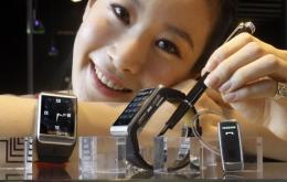 A model displays what Samsung claims to be the world's slimmest watch-shaped mobile phone
