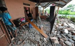 Indonesian residents clear debris after a 7.6-magnitude earthquake