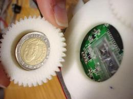 Counterfeit euros are detected with an optical mouse