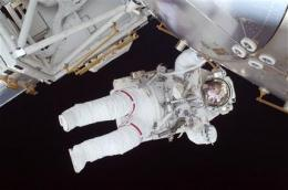 Spacewalk under way despite approaching space junk (AP)