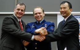 US astronaut Timothy Creamer (L), Russian cosmonaut Oleg Kotov (C), and Japanese astronaut Soichi Noguchi (R)