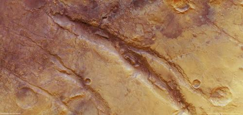 Mars Express sees deep fractures on Mars