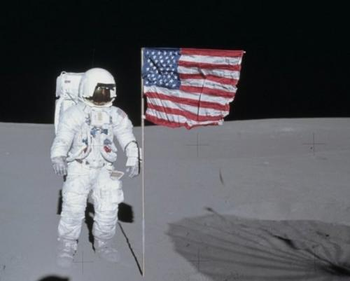 "Apollo astronaut returns ""stolen"" camera"
