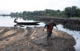 Dutch campaigners have accused Shell of destroying the environment in the Niger Delta