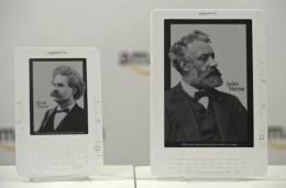 The Kindle (L) and Kindle DX (R) are shown
