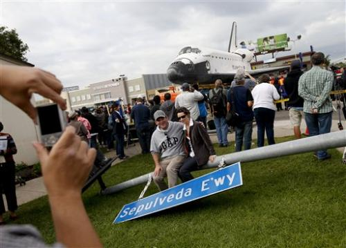 Shuttle passes obstacle, heads toward LA museum