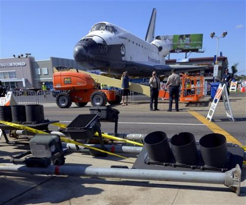 Shuttle passes obstacle, heads toward LA museum