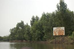 A sign warns boat captains of the danger posed by an oil pipeline