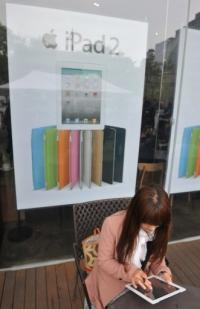 A South Korean customer uses an Apple iPad 2