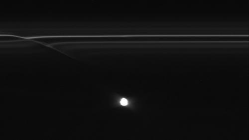 Cassini sees objects blazing trails in Saturn ring