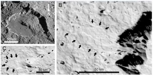 Massive ice avalanches on Iapetus