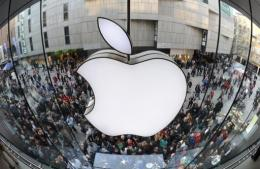 US technology giant Apple is in talks to license music for broadcast on a custom online radio service