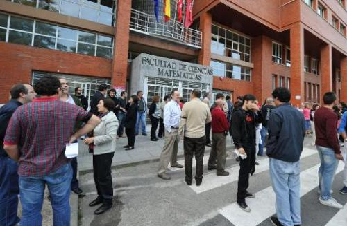 Spanish students and teachers stand in front of the Department of Mathematical Sciences at the Complutense University of Madrid