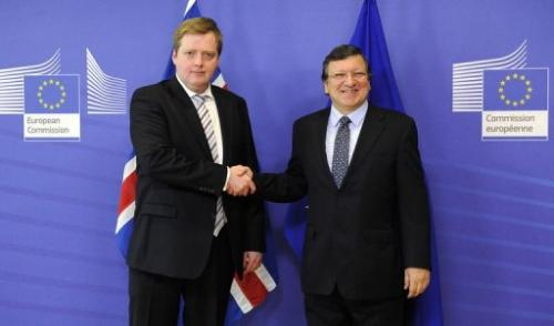 European Commission President Jose Manuel Barroso (R) welcomes Iceland PM Sigmundur David Gunnlaugsson, July 16, 2013