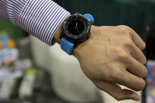 Gadget Watch: Long-battery watch talks to iPhone