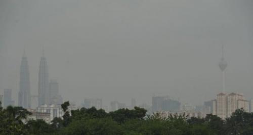 Haze coversPetronas Twin Towers (L) and KL Tower (R) in Kuala Lumpur on June 16, 2013