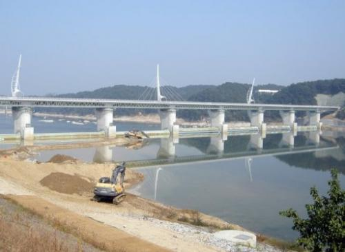 Heavy equipment is seen being used to construct the Gangchon bridge and weir in Yeoju, on October 8, 2011