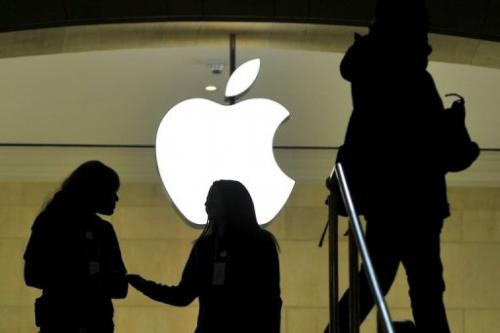 People walk past the Apple logo at the Apple Store at Grand Central Terminal in New York on January 25, 2013