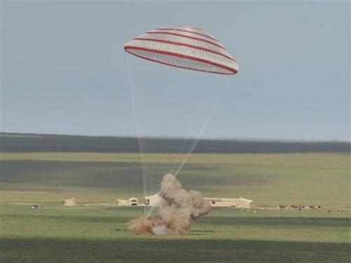 Space capsule returns from mission to Chinese lab