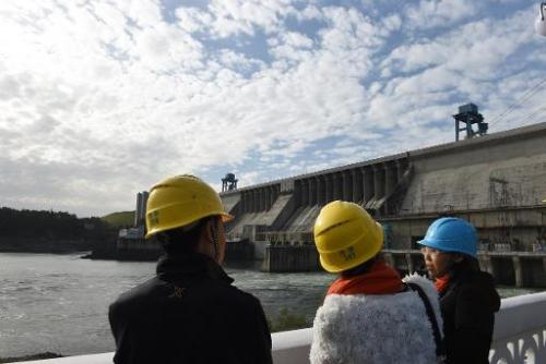 Danjiangkou China  city photos : People visit the Danjiangkou dam in Danjiankou, China's central Hubei ...