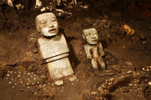 Mexico archaeologists explore Teotihuacan tunnel (Update)