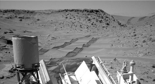 Curiosity rover drives on after crossing Martian dune