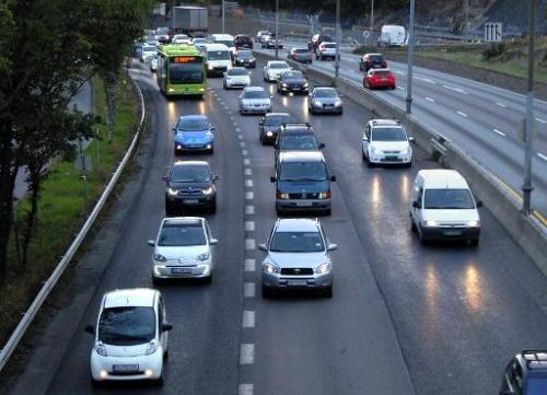 Electric cars crowd the bus lane (L) during the morning rush hour towards Oslo at Hoevik, August 19, 2014