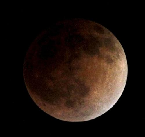 Full lunar eclipse delights Americas, first of year