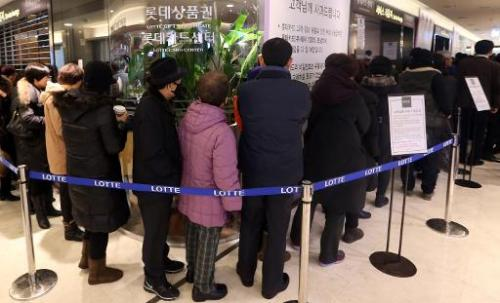 South Korean customers wait to reissue their credit cards at a branch of Lotte Card in Seoul on January 21, 2014