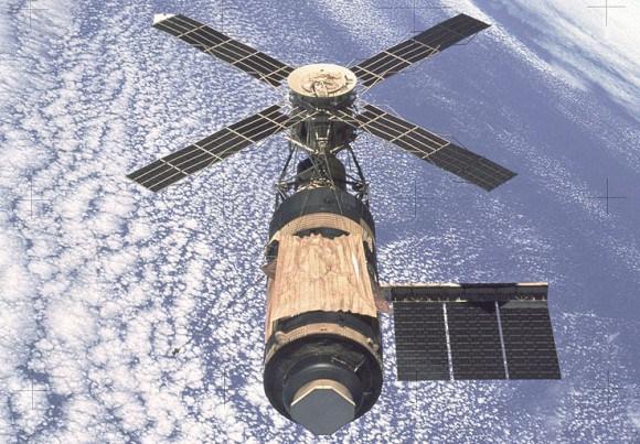 astronaut orbiting space station - photo #32