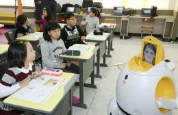 An English-teaching robot (R),