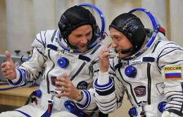 Fyodor Yurchikhin (R) and Doug Wheelock