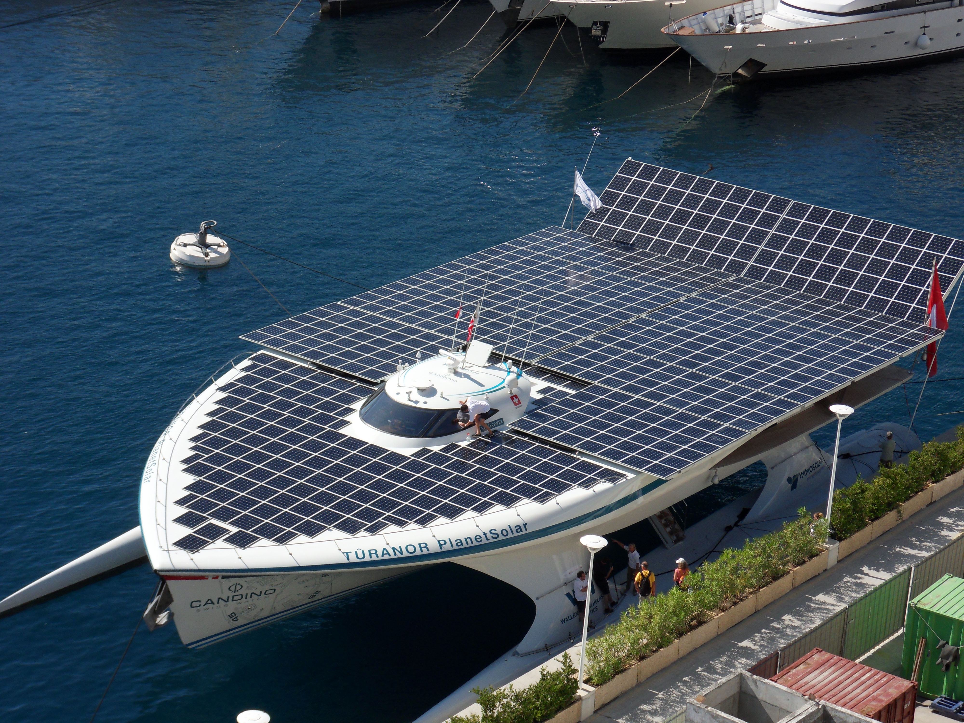 World 39 S Largest All Solar Powered Boat Shines In Nyc