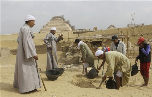 Archaeological Digs in Egypt Archaeology Workers Dig at The