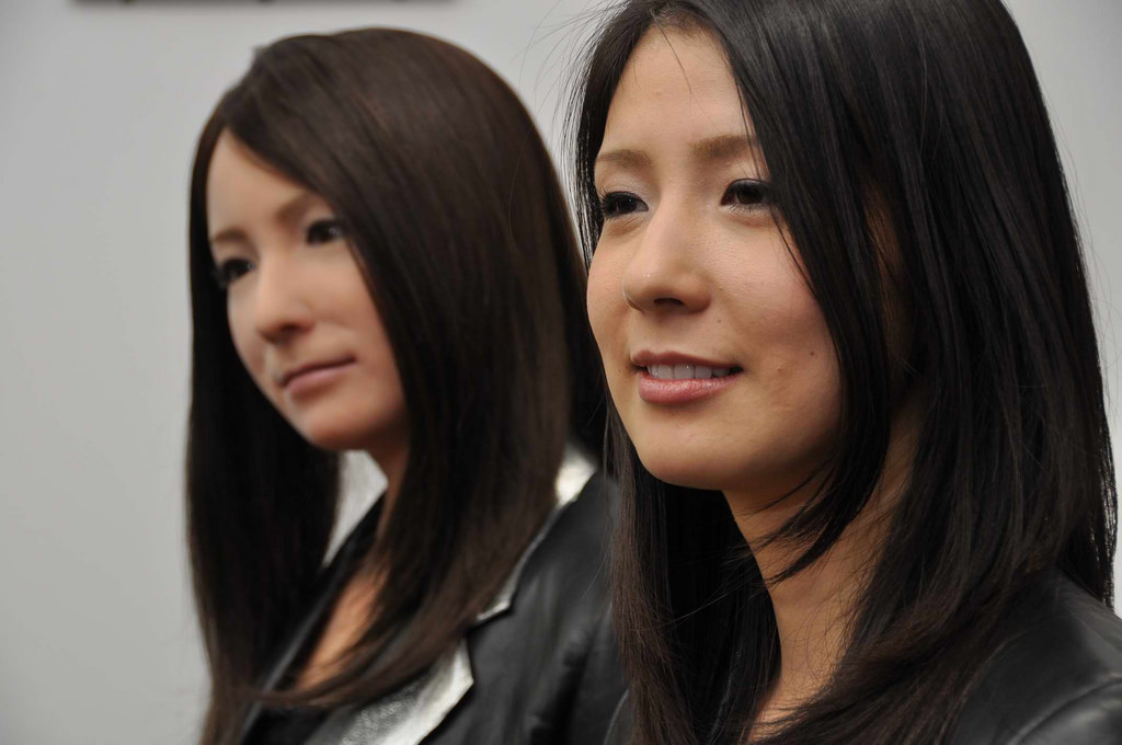 how to distinguish lifelike robots from humans