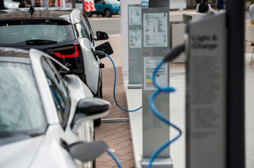 Auto makers plan fast charging network across Europe